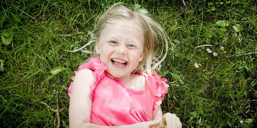NYE VINKLER: La barnet ligge i gresset og ta bildet rett ovenfra.