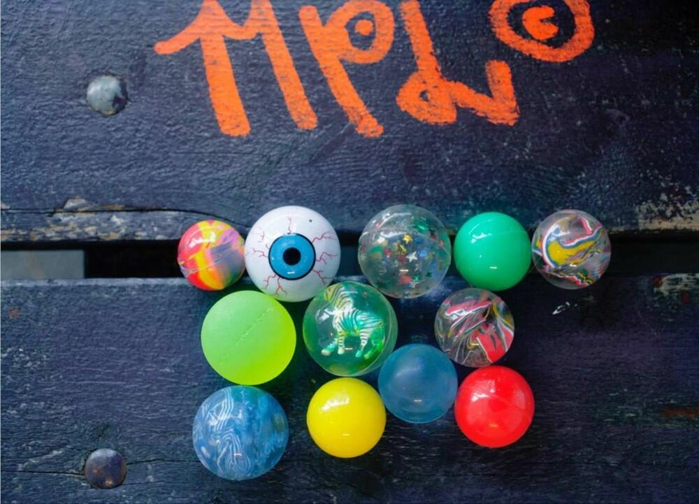 SPRETTBALL: En sprettball spretter så lett og kan være vanskelig å få tak i. Det gjør den ekstra morsom å leke med.