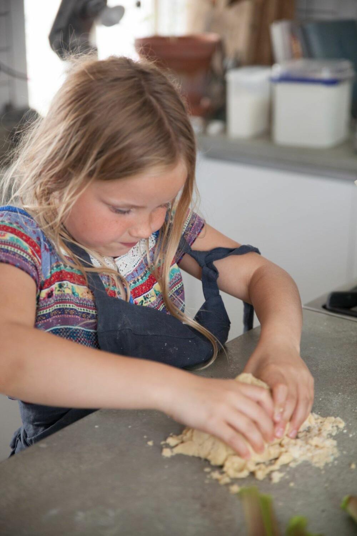 HEI PÅ DEIG: Mørdeig er lett å lage for små barnehender, og holder seg godt i kjøleskapet dersom du vil lage en stor porsjon.