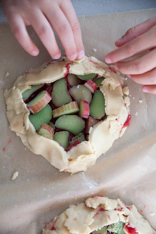 FRISTENDE PAKKE: Fyll minipaiene med bær, frukt eller rabarbra som barna har plukket inn fra hagen. Eller kjøp godsakene i butikken. Knallgodt uansett!