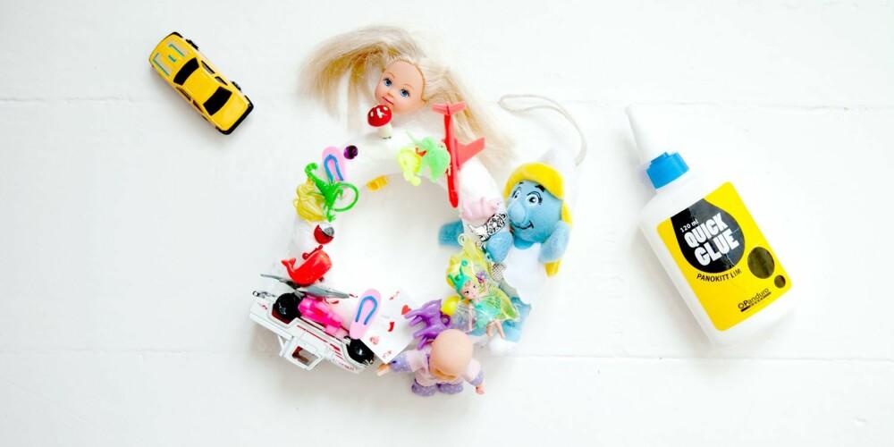 TA EN RING: En leketøykrans er den perfekte dekorasjonen til barneromsdøren.