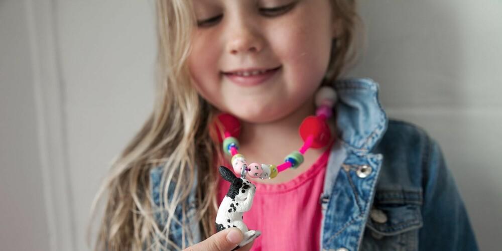 EGET DESIGN: Dette har jeg laget helt selv, sier Leonora fornøyd i det hun viser frem sitt fine smykke.