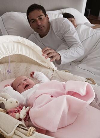 TJENESTER: Det kan være godt å få hjelp av partneren når babyen gråter på natten. Å gjøre tjenester for hverandre er et av de fem kjærlighetsspråkene som man ofte ikke tenker over.
