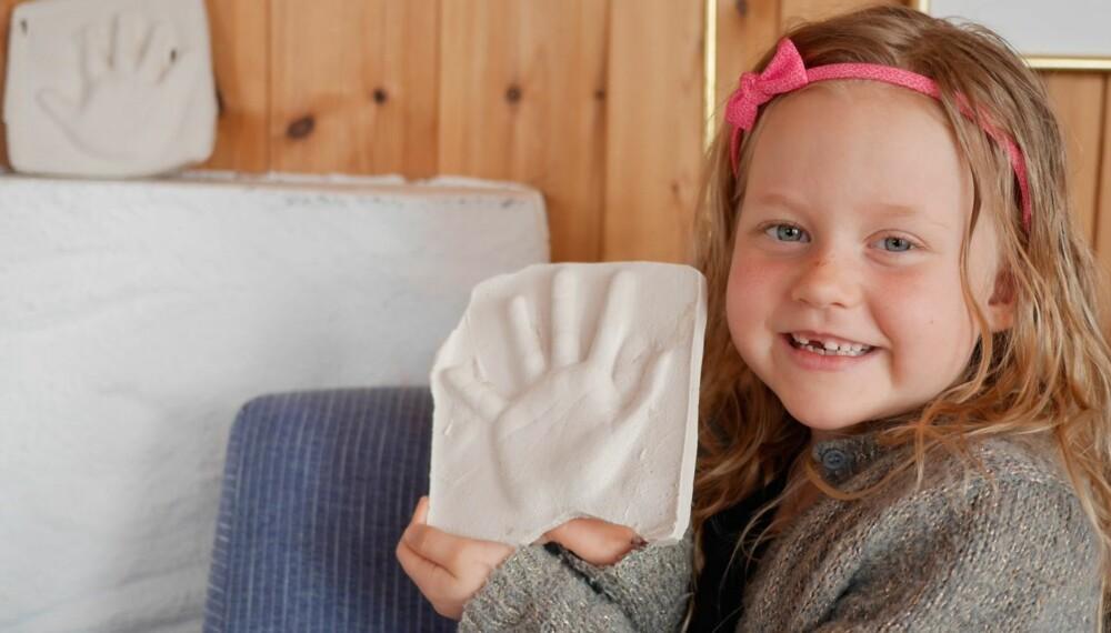HÅNDAVTRYKK OG BARN: Filippa viser frem sin nylagde hånd. Den skal stå på hytta, ved siden av tvillingsøster sin hånd. Et minne for livet.
