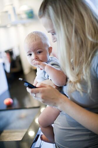 SJALU PÅ SKJERMEN: Små barn higer etter kontakt med foreldrene, fordi de er de viktigste personene i verden for dem. Men kanskje litt for ofte er mamma og pappa mest opptatt av smarttelefonen sin.