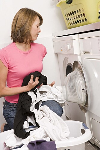 MEST KVINNNEARBEID: Tross mer likestilling i hjemmet, er klesvasken fortsatt et område der kvinnene tar mest ansvar, forteller ekspertene.