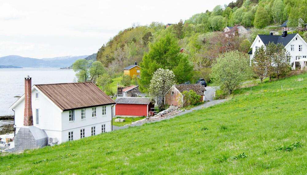 TIDLIGERE BØKKERVERKSTED: Familien Krangnes Edvardsens gamle lensmannsvilla, Villa Vårtun, hadde en upolert perle av et bøkkerverksted liggende nede ved sjøkanten. Nå er perlen polert og stråler skinnende hvit i vårsola på Kvanne på Nordmøre. Huset, som ble bygget på 1930-tallet, var opprinnelig et bøkkerverksted der bøkkerne produserte tønner til fiskeindustrien.