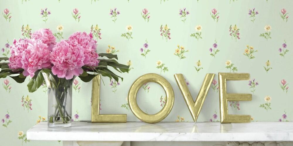 ROMANTIKK: Denne tapeten fra Smallprints har småblomster og romantikk. Kanskje noe for sommerhuset ved siden av bestemors porselen?