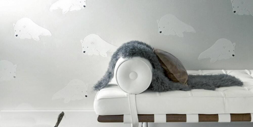 SVALBARDTAPET: Isbjørntapetet er inspirert av Halvor Bakkes mange turer til Svalbard. Dette er en fibertapet som koster 1299 kroner per rull.