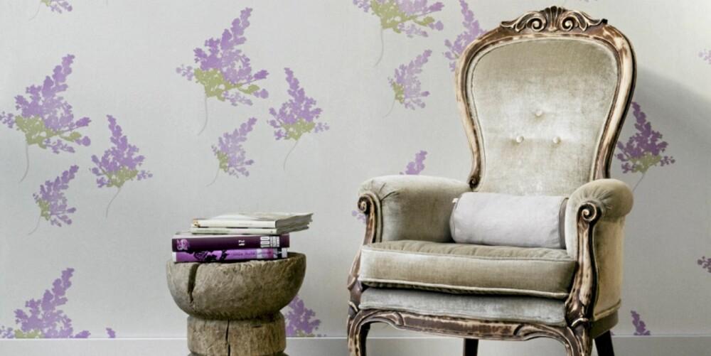 BLOMSTER: Syrintapet fra Halvor Bakke inspirert fra Stavern. Blomstene er i velur og er myke å ta på. Pris per rull 1299 kroner hos Fargerike.