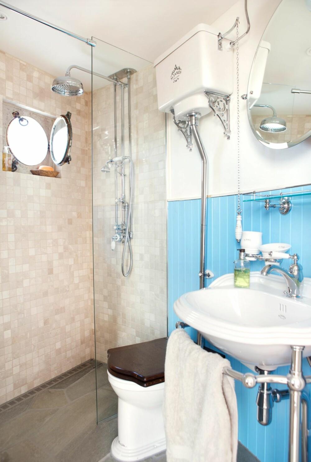 INNLAGT VANN: På badet er det lagt inn et gammelt skipsvindu, og gammeldags baderomsinnredning levert av engelske Old Fashion Bathrooms. Havblå vegg og sandfargede fliser harmonerer med omgivelsene utenfor. Styling: Tone Kroken.