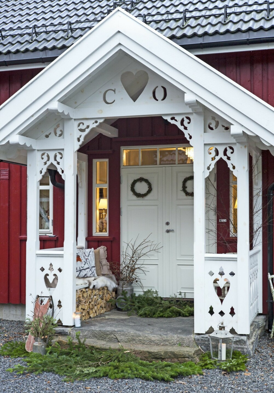 EN KJÆRLIGHETSERKLÆRING: Flotte utskjæringer rundt inngangspartiet kjennetegner mange gamle sveitserhus, og rødt og hvitt sammen gir nesten litt eventyrstemning. Oddvar overrasket Camilla med initialene deres under taket på inngangspartiet.