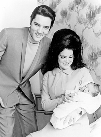 GAMLE HELTER: Det finnes folk som heter både Elvis og Priscilla i Norge i dag. Her poserer de med nyfødte Lisa Marie Presley i 1968.