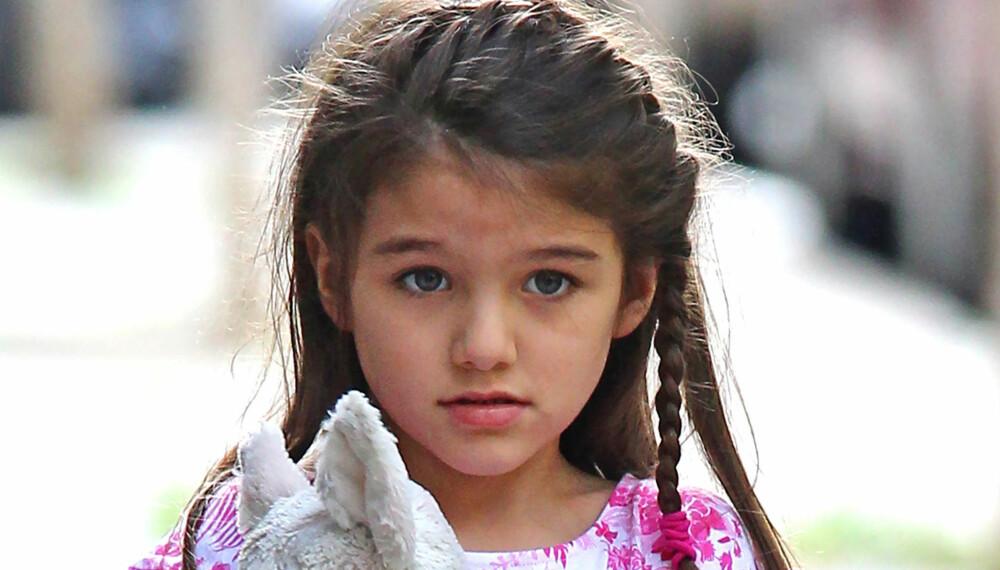 """BLOMSTERNAVN: Få barn er så kjent som datteren til Tom Cruise og Katie Holmes. Suri betyr """"""""rød rose"""""""" på persisk."""