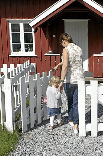 TODELT TILVENNING: Foreldre og barn blir kjent med barnehagen, mens personalet får se barna i kontakt med foreldrene sine.