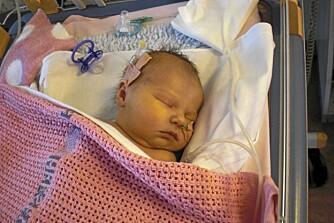 DØDELIG SYK: Elin var dødssyk ved fødselen, og etter 6 dager ble hun operert.