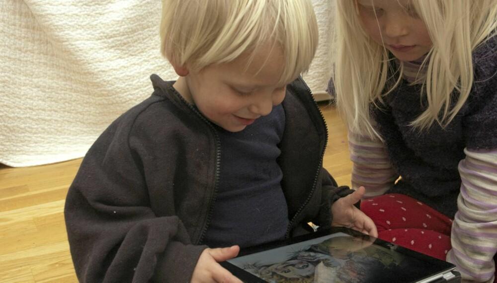 EKSPERTER: Å spille på iPad er ingen sak for en 2-åring, og flere apper blir utviklet hver eneste dag for små barn.