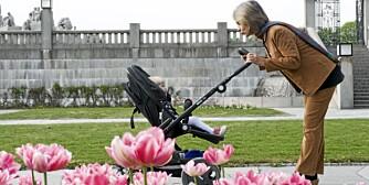 SAMSPILL: - Alle små barn har best av å sitte bak-fram i barnevognen, mener overlege Gro Nylander.
