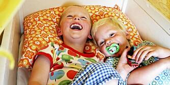 TRYGGE SAMMEN: Brødrene Frithjof (4) og Tellef (2) deler et rom på seks kvadratmeter. Det er både de og foreldrene fornøyde med.