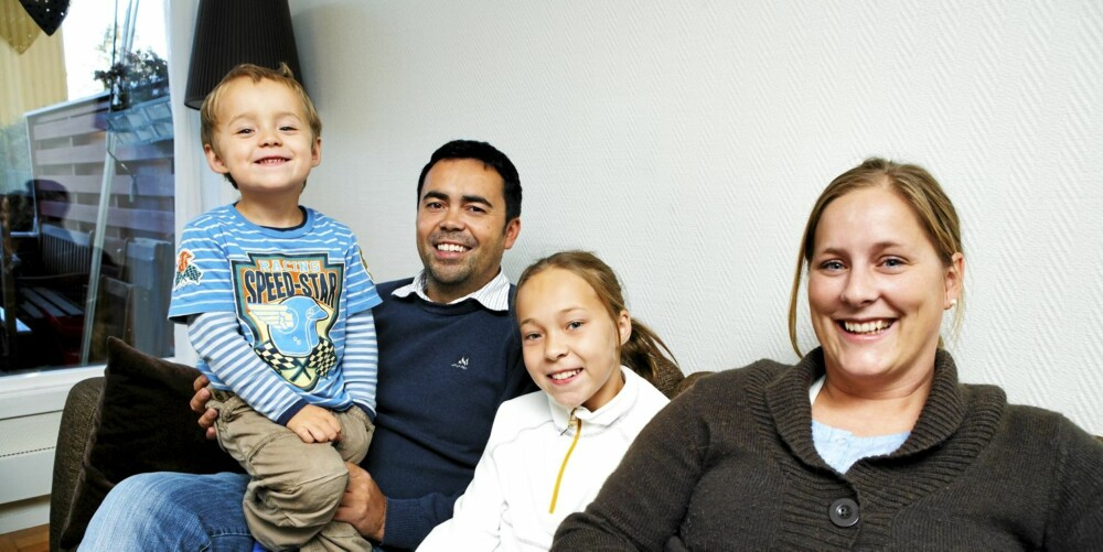 NÅ ER FAMILIELYKKEN PÅ PLASS. Matteo på pappa Ariels fang, Mariell og Vikki gleder seg over at Vikki er frisk fra depresjonen.