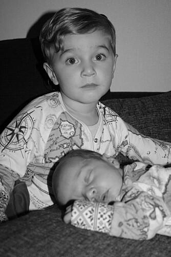 BRØDRE: Ludvik og Wilhelm har begge fått operert inn implantat i øret.