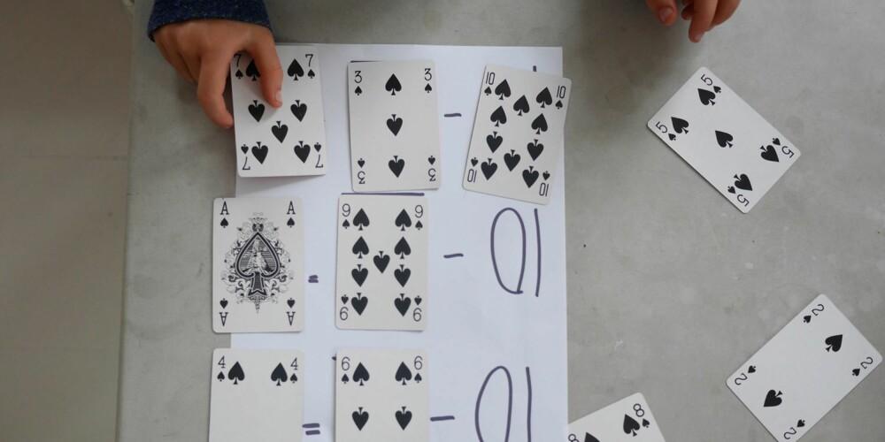 DEL INN KORTENE I GRUPPER: Fokuset her er  tier-vennene. Det er addisjonstykker som blir 10 når man legger sammen tallene.
