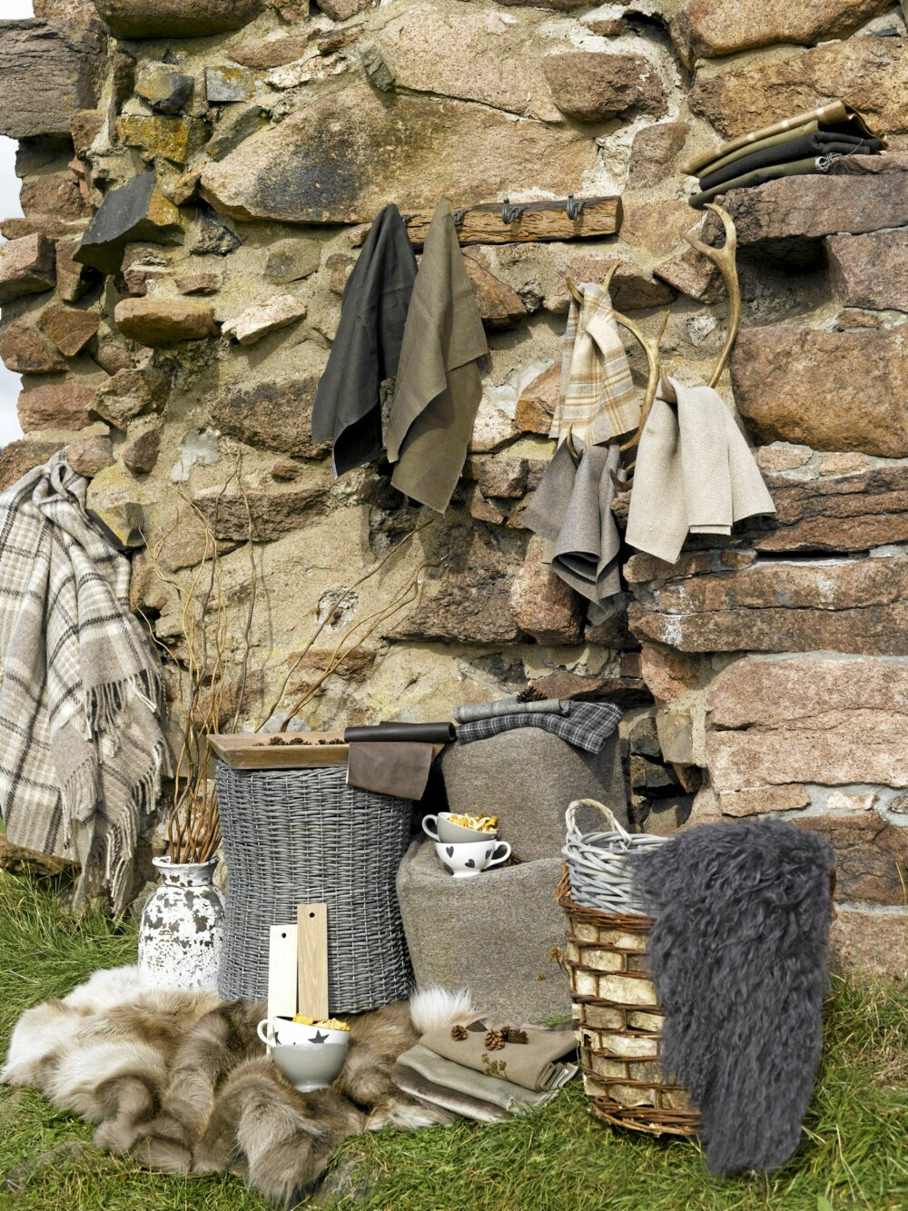 FARGER FRA FJELL OG SKOG: Beige, brunt, grått og grønt harmonerer med hverandre og passer godt på hytta.