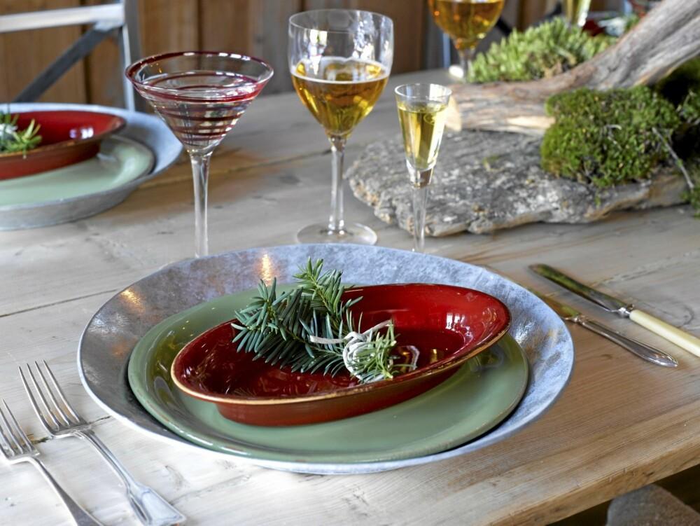 DEKKET BORD: Bruk naturelementer til borddekkingen for å få et rustikt og spennende uttrykk.