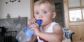 DRIKKER IKKE: Sunniva kan sutte på vannflaska, men hun vil ikke svelge.
