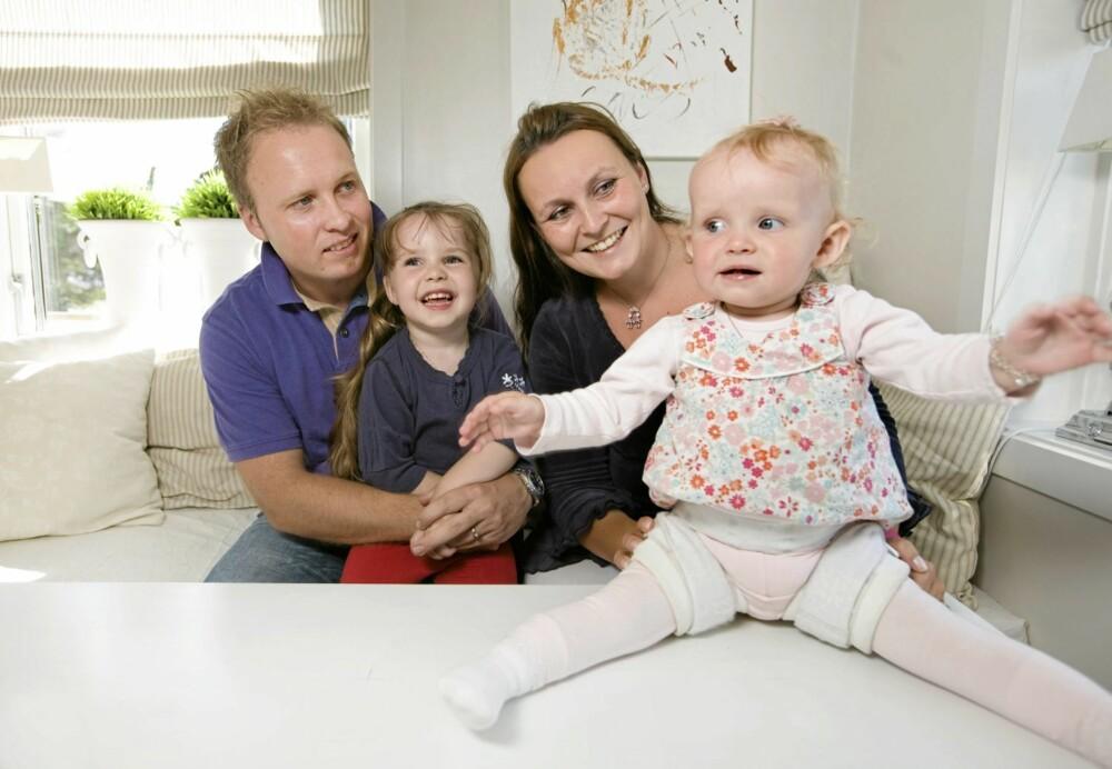 BELASTNING FOR ALLE: Pappa Lars Jørgen, storesøster Annabell (3) og mamma Linn Therese fikk alle en utfordrende hverdag da lillesøsters hoftefeil viste seg å være så komplisert.