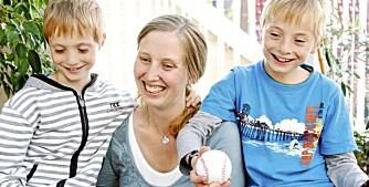 """VERDENS BESTE: Tvillingene NIkolai og Mathias stråler om kapp med mamma hjemme i stua utenfor Bodø. Selv om det er snart to år  siden, husker de at mamma var på """"pratesykehuset""""."""
