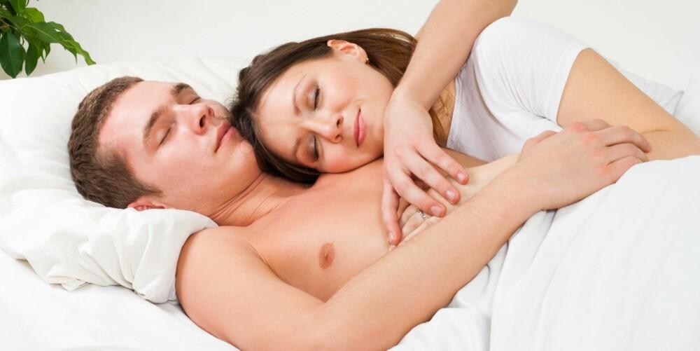 SOVER TETT INNTIL: Sover du slik, er du mest sannsynlig nyforelsket.