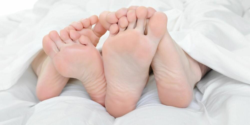 FOTFLØRT: Alene, men likevel sammen. Berører du kjærestens føtter mens dere sover, viser du at dere hører sammen.