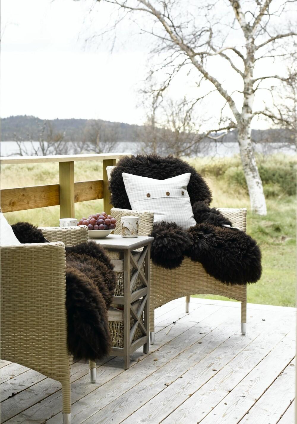 SKINN: Legg lodne saueskinn i stolene og pakk deg inn i varme pledd.