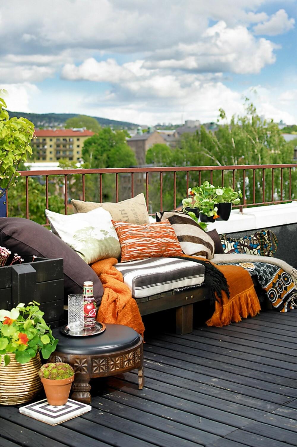 TERRASSE: Lag en kosekrok på terrassen med masse tekstiler og puter.