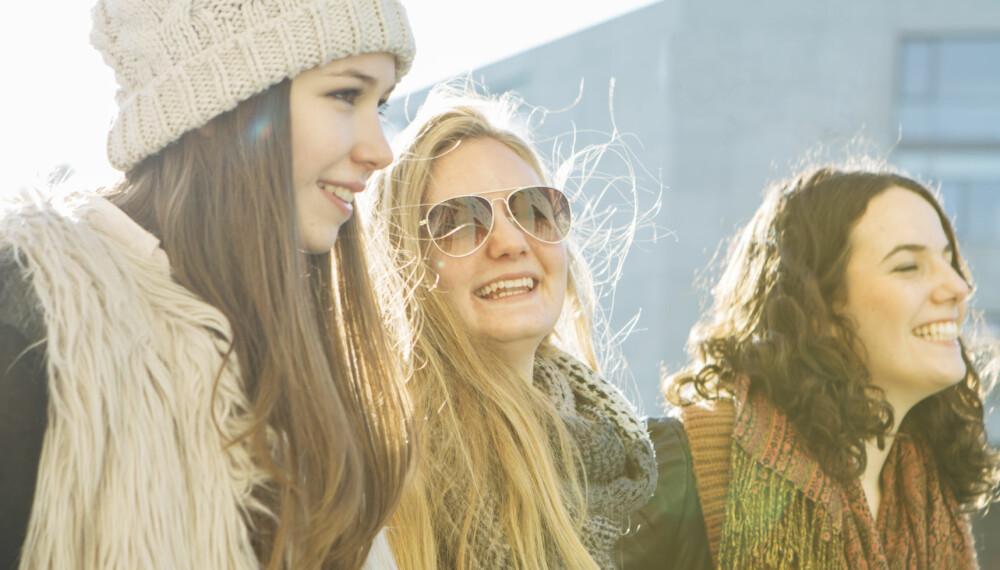 GOD VENN: Er du en god venn hvis du forteller venninnen din, eller er det best å la det være? Det er mange hensyn du bør vurdere før du bestemmer deg.