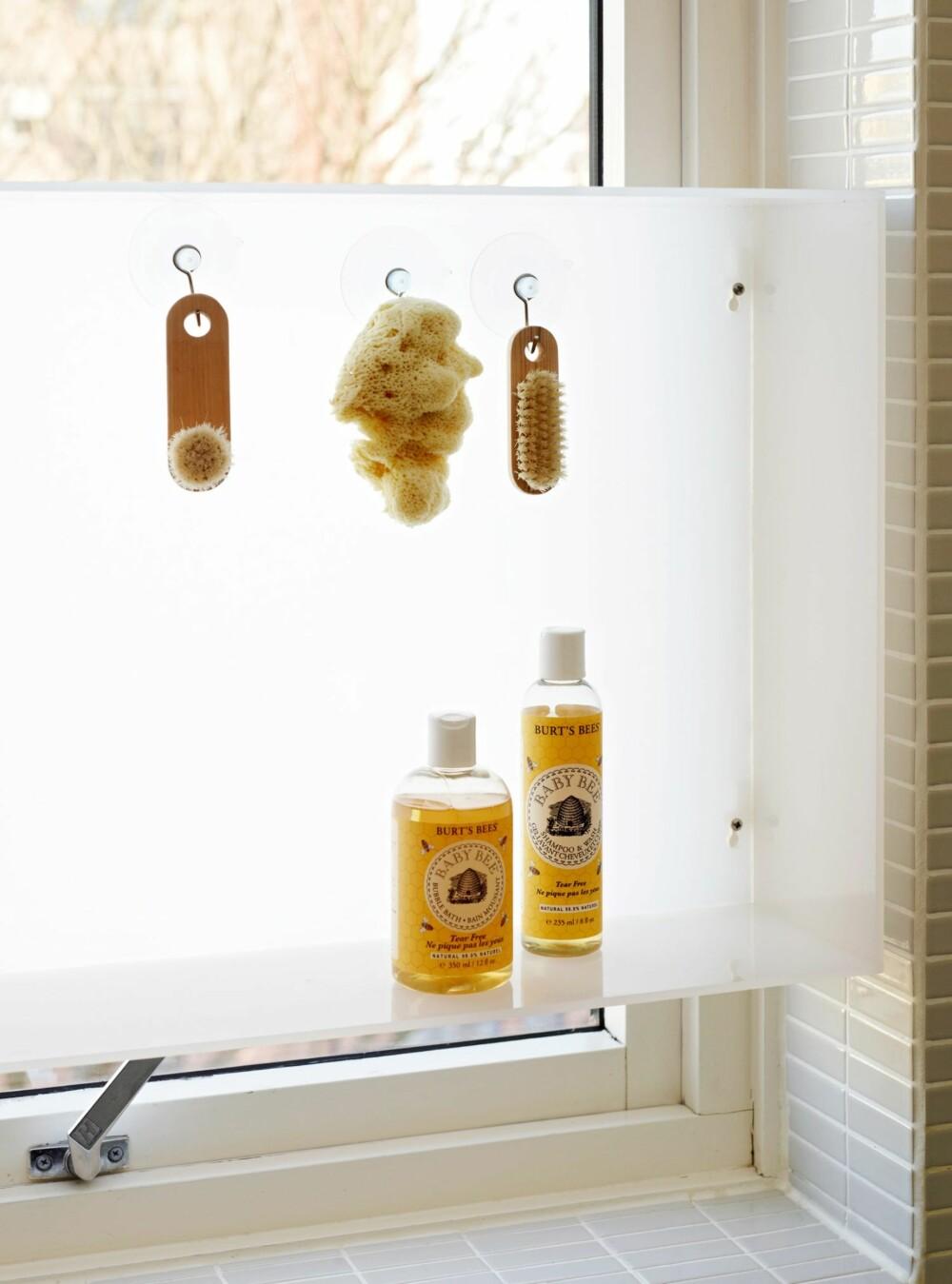 DUSJSTATIV I VINDUET: Smart oppbevaringsplass til dusjen - samtidig som lyset får trenge gjennom.