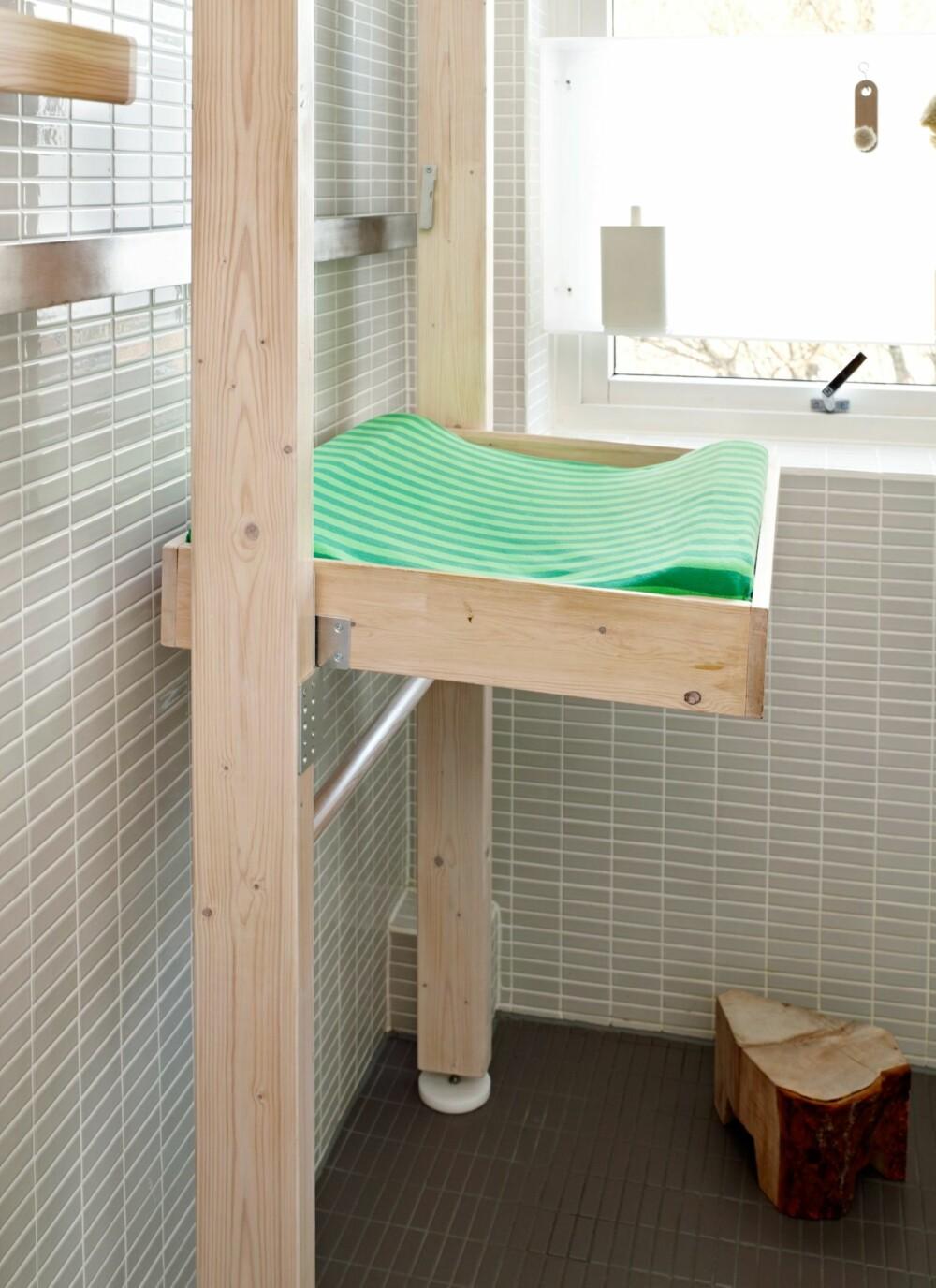 STELLEBORD I HELSPENN: Stativet står i spenn mellom tak og gulv, og er montert uten å bore eller skru. Stellebrettet kan felles opp når det ikke er i bruk.