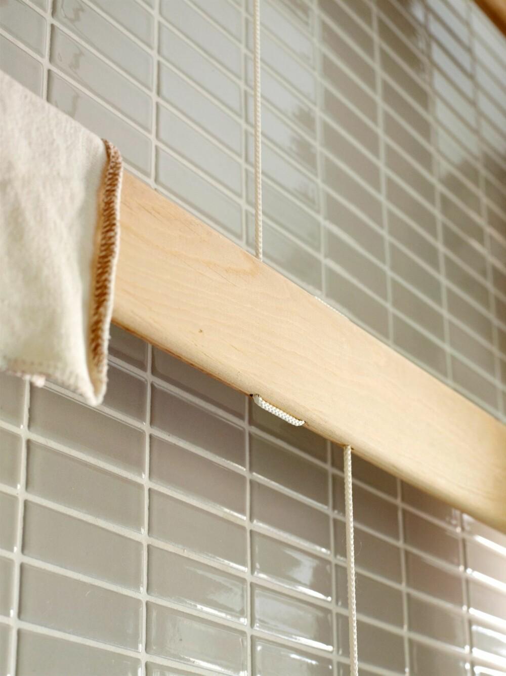 DINGLENDE HÅNDKLESTATIV: De avrundede plankene henger i snorer som er festet i taket. Snorene er ført diskret gjennom hull som er laget med en søyleboremaskin.