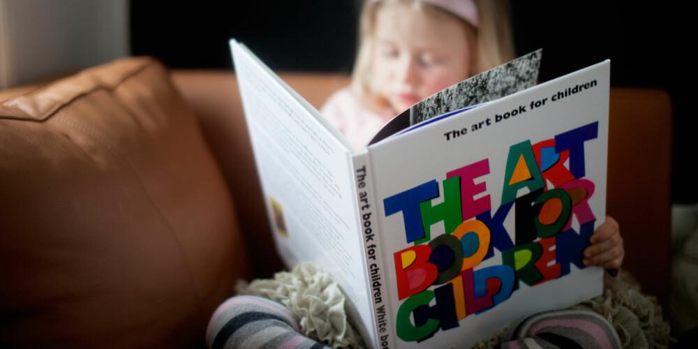 KUNSTBOK: Spør på ditt biblioteket om de har egene kunstbøker for barn. FOTO: Per Olav Sølvberg
