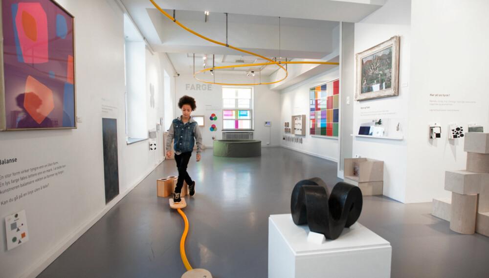 ARTIG INNSTALLASJON: Patrick syntes det er spennende å utforske alle de ulike installasjonene han finner på KunstLab i Bergen.  FOTO: Per Olav Sølvberg
