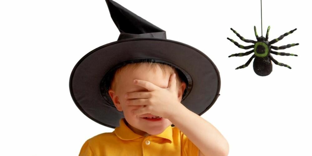 REDDE BARN: Noen barn kan synes Halloween er skummelt. Vis dem at spøkelser og andre uhyrer bare er vanlige barn, ved å be dem ta av seg masken et lite sekund.