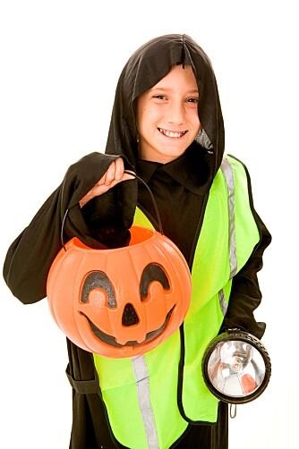 LOMMELYKT: La barnet ha en lommelykt når det går for å samle inn godteri på Halloween. Da er det godt synlig i trafikken, og ser bra selv.