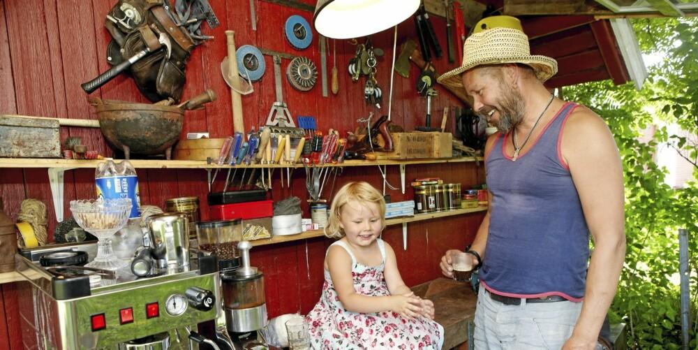 SAMARBEID: Lily-Maxine liker å sitte på høvelbenken mens pappa lager kaffe til gjestene.