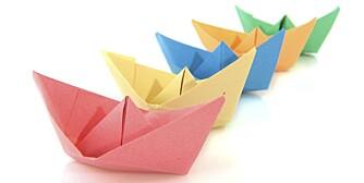 Papirbåtene blir selvsagt spesielt fine hvis du har farget eller mønstret papir. Et alternativ er å la barna tegne på arket først.