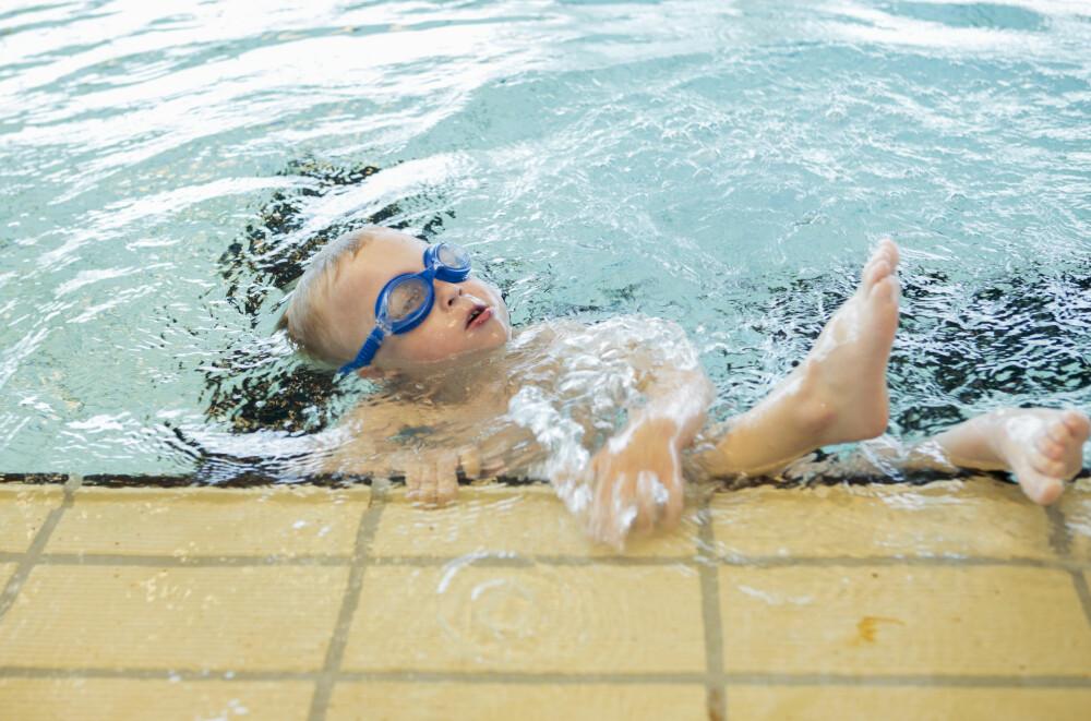 MORO: Leon stortrives i vannet, og svømmeferdighetene hans har gitt ham store helsefordeler.