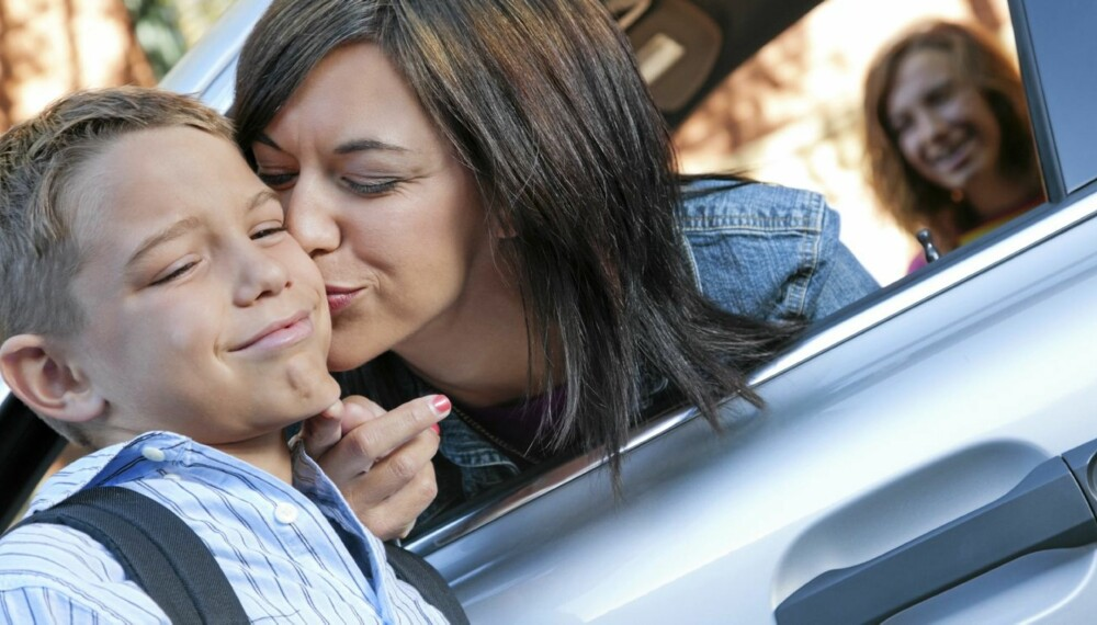 FLAUT Å BLI KYSSET: Barn i skolealder kan plutselig bestemme seg for at de ikke vil klemme eller kysse deg når vennene kan se det. Det må du respektere, sier barnepsykolog.