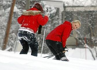 OPP IGJEN: En flyktning krysser sine ski. Kronprinsessen er imidlertid på pletten og hjelper den unge jenta tilbake på rett kjøl.