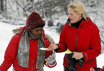 PUSS, PUSS..: Det kan bli litt snørr og tårer når kulda biter i kinnene. Heldigvis har Mette-Marit papirlommetørklær i votten.