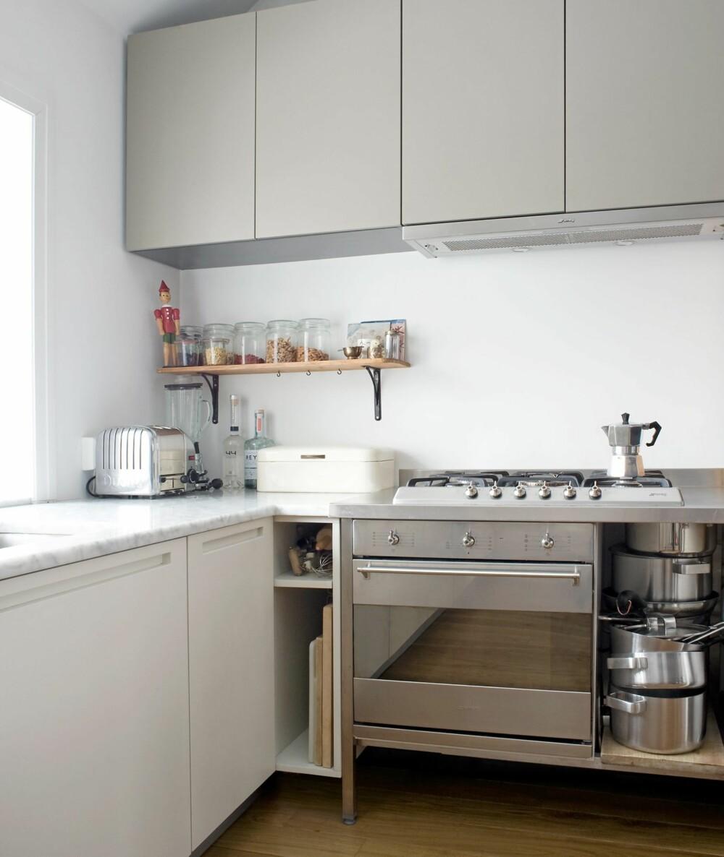ULIKE FARGER: Overskapene er lysegrå, mens benkeskapene er kremhvite. Kjøkkenet var en utstillingsmodell som ble solgt til redusert pris.